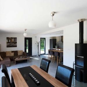 salle à manger avec cheminée d'une maison bois