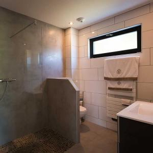 salle de bains en pierres d'une petite maison