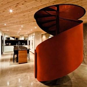 escalier en colimaçon moderne dans maison bois au Canada
