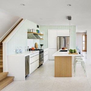 cuisine avec sol en marbre d'une maison bois conçu par BFDO Architect