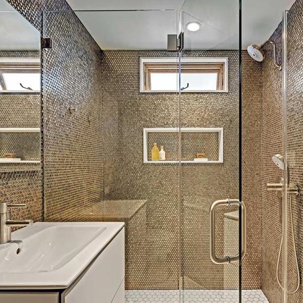 salle de bains au pierres dans maison bois aux États-Unis
