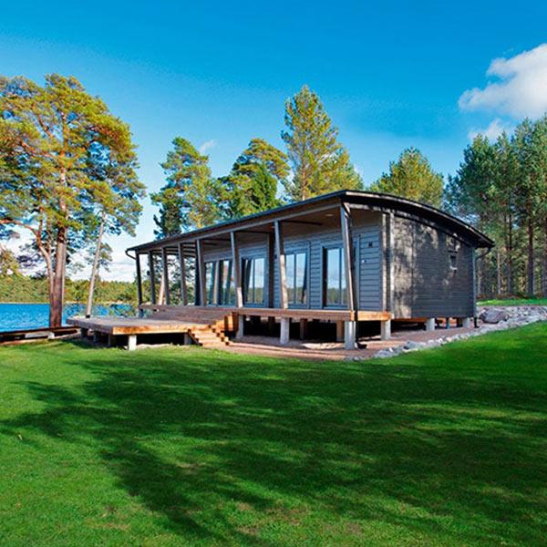 maison en bois scandinave près du lac