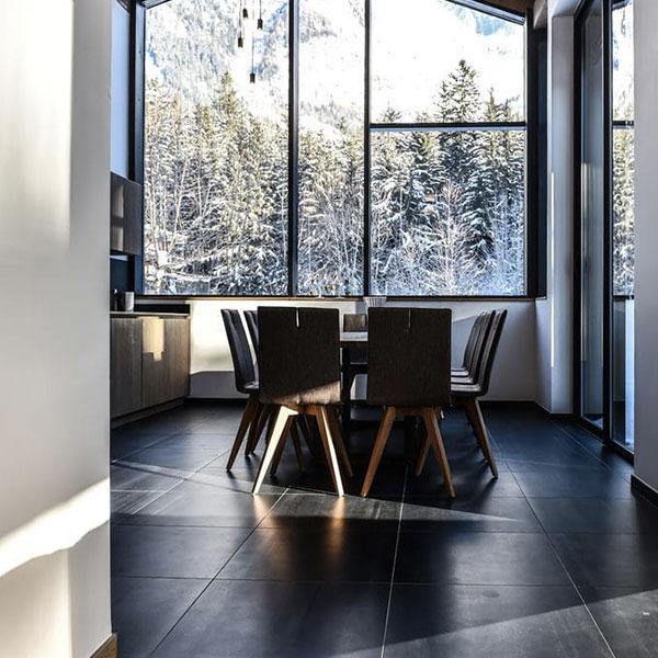 cuisine ouverte avec salon confortable dans chalet bois familial