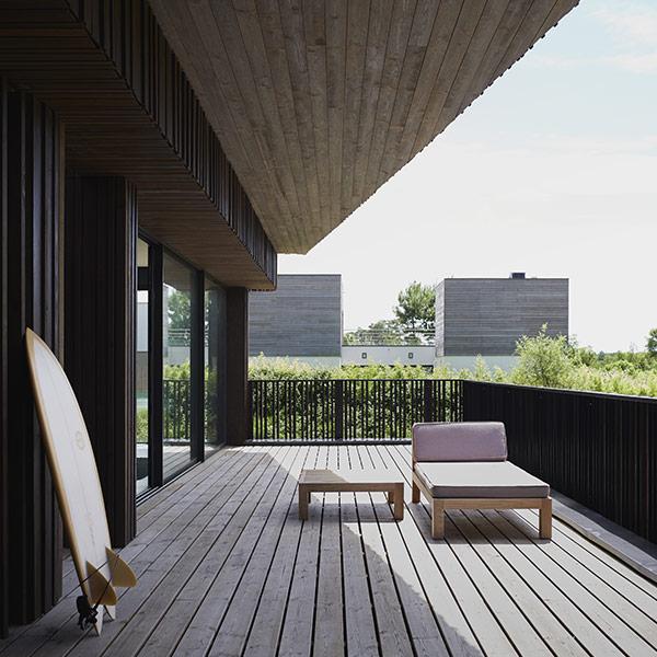 Terrasse en bois facile à installer et à entretenir dans une maison en bois