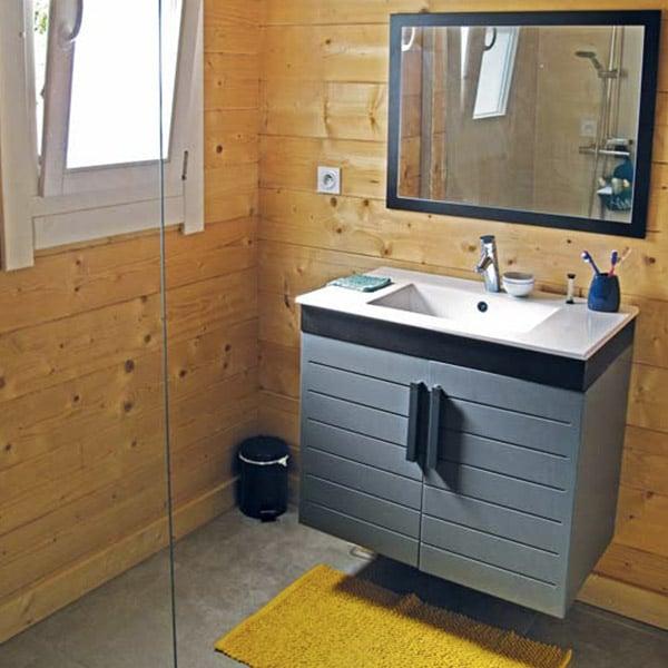 salle de bains en bois dans petite maison bois en Nouvelle Auqitaine