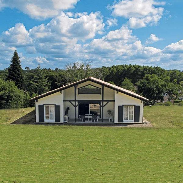 Maison en bois en kit au milieu de la nature dans les Landes