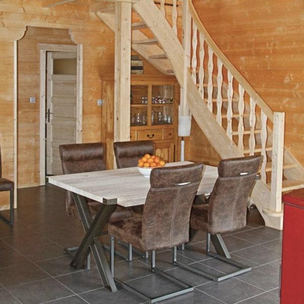 séjour en bois avec table à manger et escaliers en bois dans maison bois