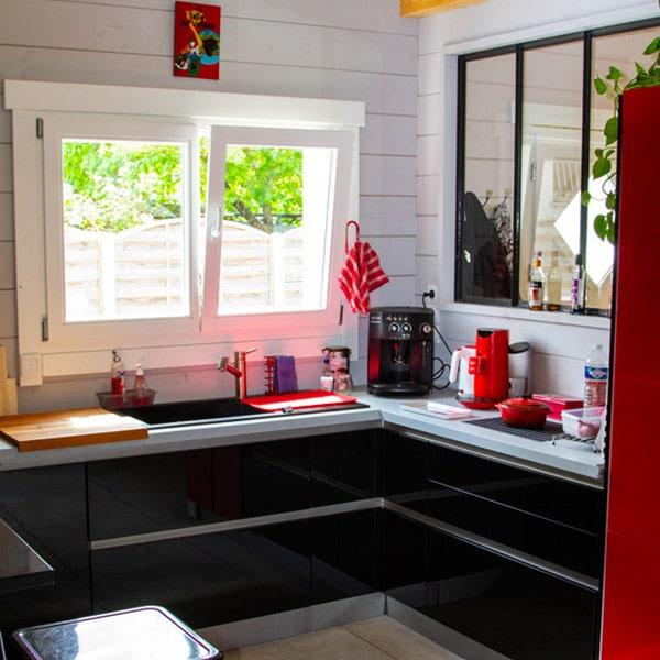 cuisine noire ouverte dans maison artisanale en bois