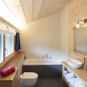 salle de bains en bois dans maison bois au Suisse