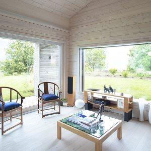 séjour avec parquet dans maison en bois