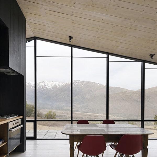 séjour avec grandes fenêtres et vue magnifique vers les montagnes