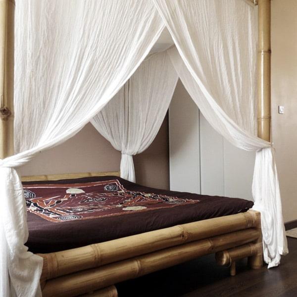 chambre des parents avec lit en bois dans maison bois à Brie