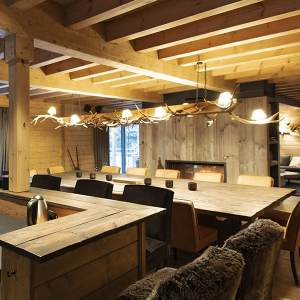 cuisine design avec salle à manger dans une belle maison en bois