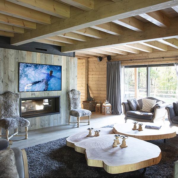 salon rustique en bois avec fenêtre et canapé confortable