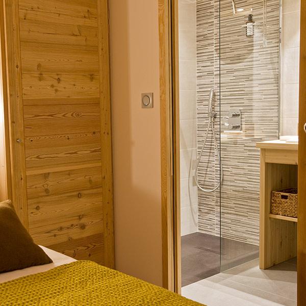 salle de bains en bois dans chalet en bois à PACA