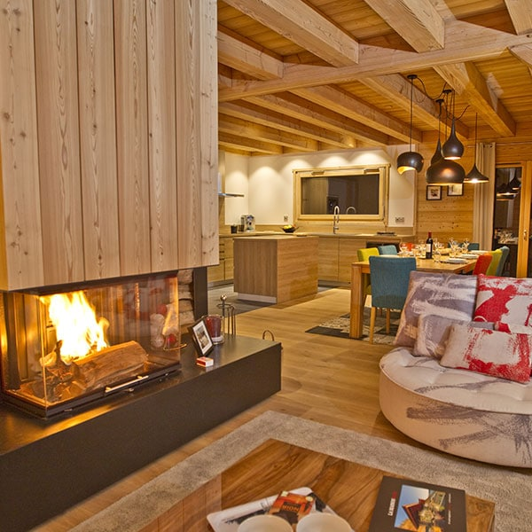 cozy salon en bois avec cheminée dans chalet bois