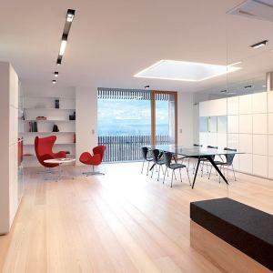 salon ouverte en parquet dans maison bois en Italie