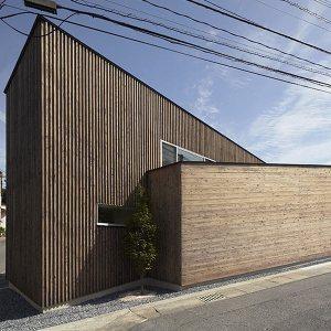 maison bois inclinée au Japon