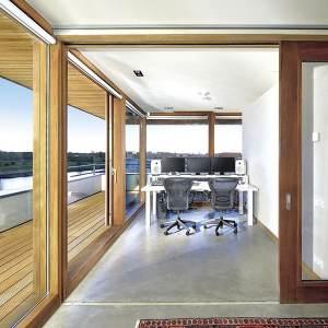 terrasse et bureau en bois dans maison bois aux Pay-Bas