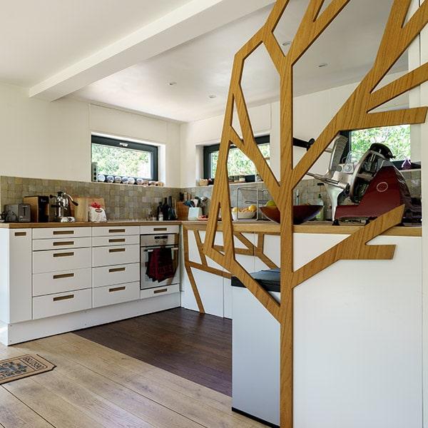 cuisine ouverte au parquet dans maison bois