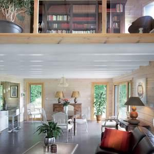 séjour avec galerie en bois d'une maison bois