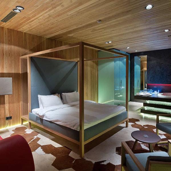 chambre des parents confortable avec baignoire de luxe éclairée