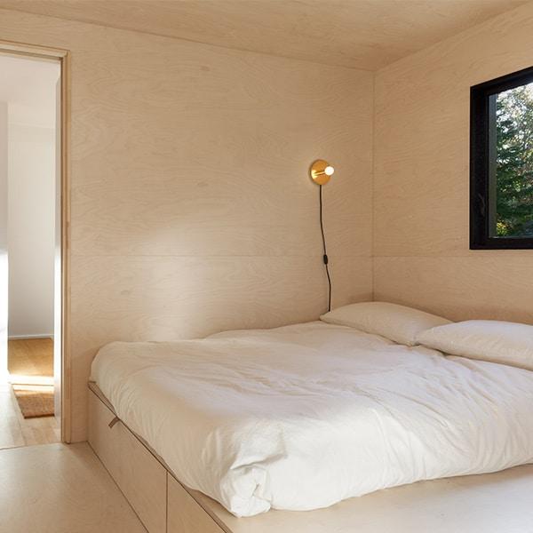 chambre des parents en bois dans maison bois sombre