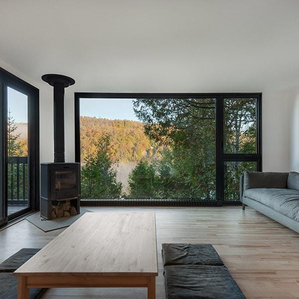 séjour au parquet avec cheminée et vue magnifique d'unemaison bois au Canada
