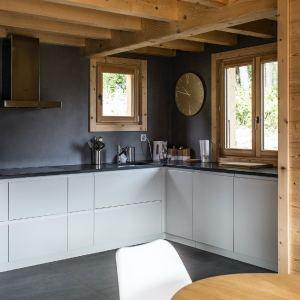 cuisine ouverte blanche dans maison bois familial