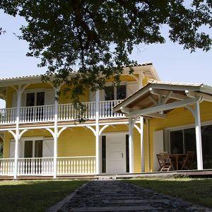 Une maison en bois jaune en kit pour la famille en Gironde