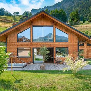 maison rectangulaire bioclimatique en pleine nature