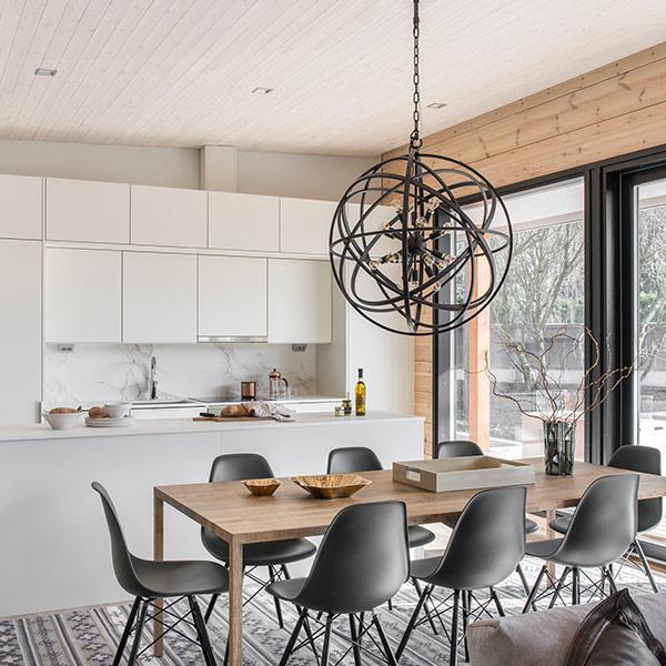 cuisine blanche ouverte avec table à manger