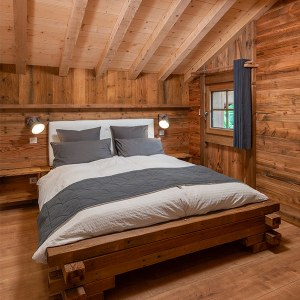 chambre des parents en bois dans maison bois au Vosges