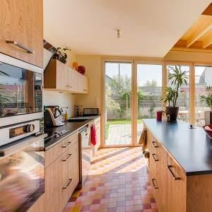 cuisine en bois ouverte dans maison bois