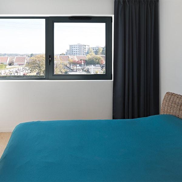 chambre avec lit dans maison bois