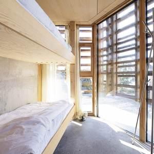 lit à deux étages en bois dans maison bois