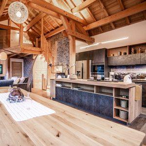 cuisine ouverte en bois dans chalet bois