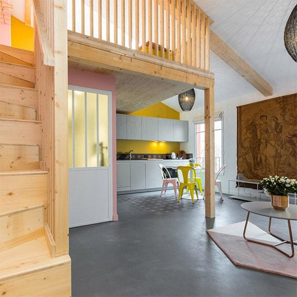 cuisine avec une galerie en bois