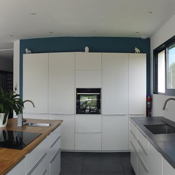 cuisineen bois ouverte dans maison bois