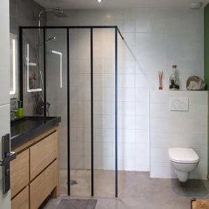 salle de bains avec douche moderne