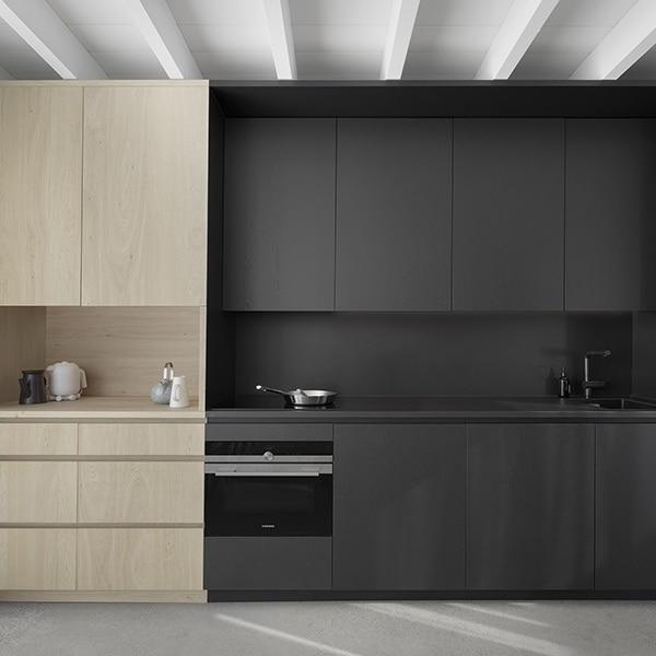 cuisine noire en bois dans maison bois