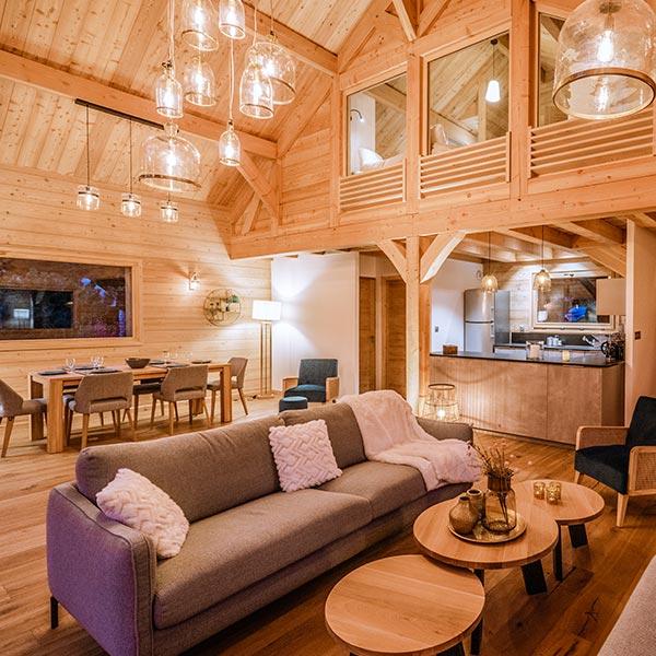 salon avec cuisine ouverte dans maison bois