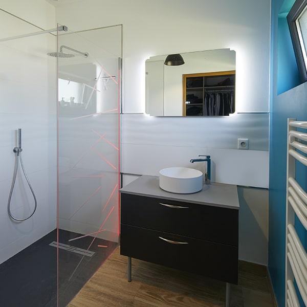 Salle de bain avec douche dans maison bois