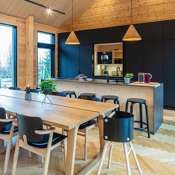 cuisine noire ouverte dans maison bois