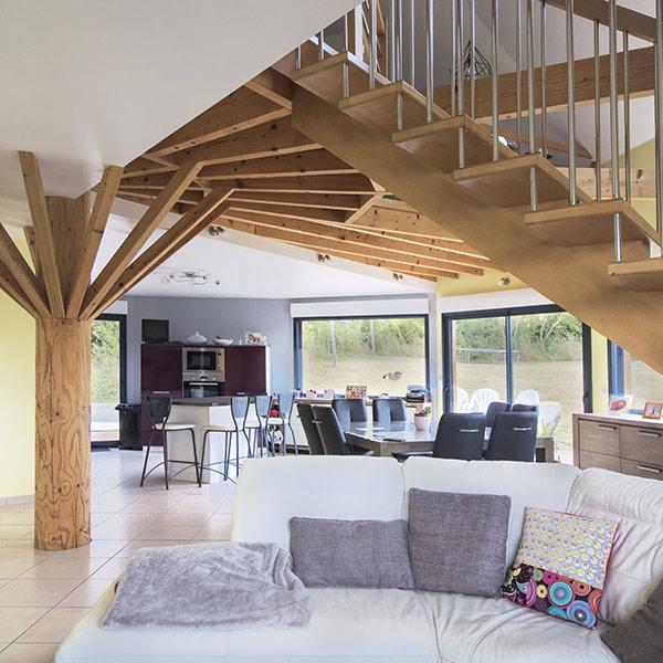galerie en bois avec salon confortable d'une petite maison en bois en maine-et-loire