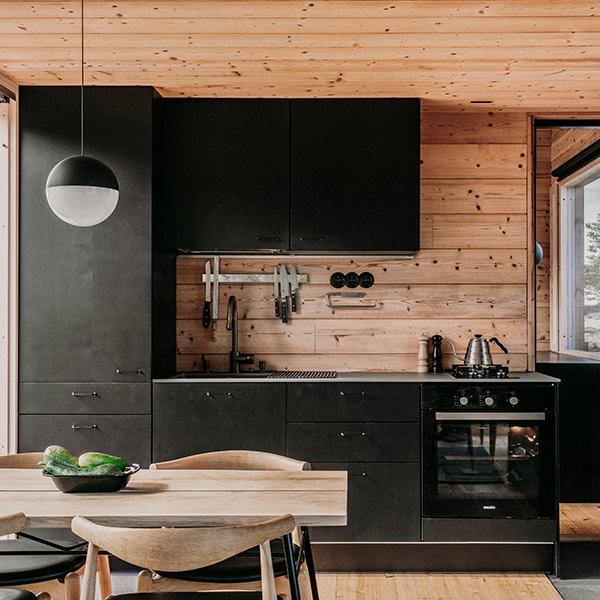 cuisine noire dans maison bois en FIneland