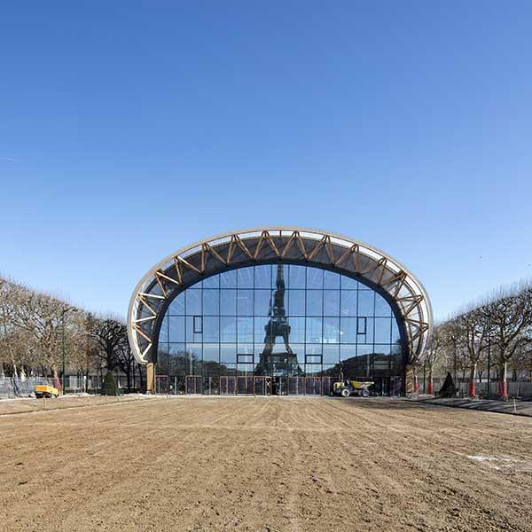 grand bâtiment moderne en bois vis à vis de la Tour Eiffel