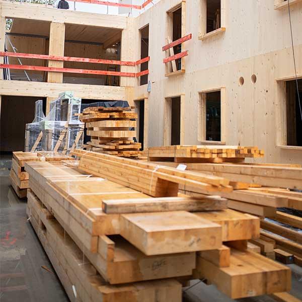 Du bois massif CLT avant mise en œuvre sur chantier © LCA Construction Bois