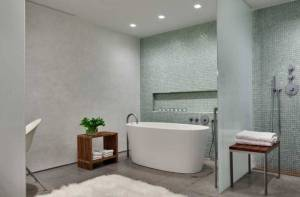 simple stylish bathroom interior whiteness theme by Ohlhausen BuBois Architects