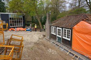 Huisje de Vries (rechts), het atelier waar Mondriaan ooit werkte, is naar Blaricum verplaatst. Links atelier Hart Nibbrig